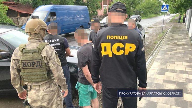 """На Тячівщині затримано """"рекетирів"""", які вимагали гроші для кримінального """"общака"""" (фото)"""