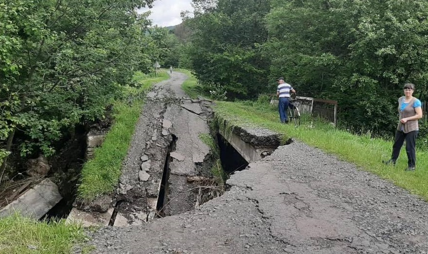 """Через зруйнований міст """"швидка"""" не змогла дістатися до закарпатського села Лубня"""