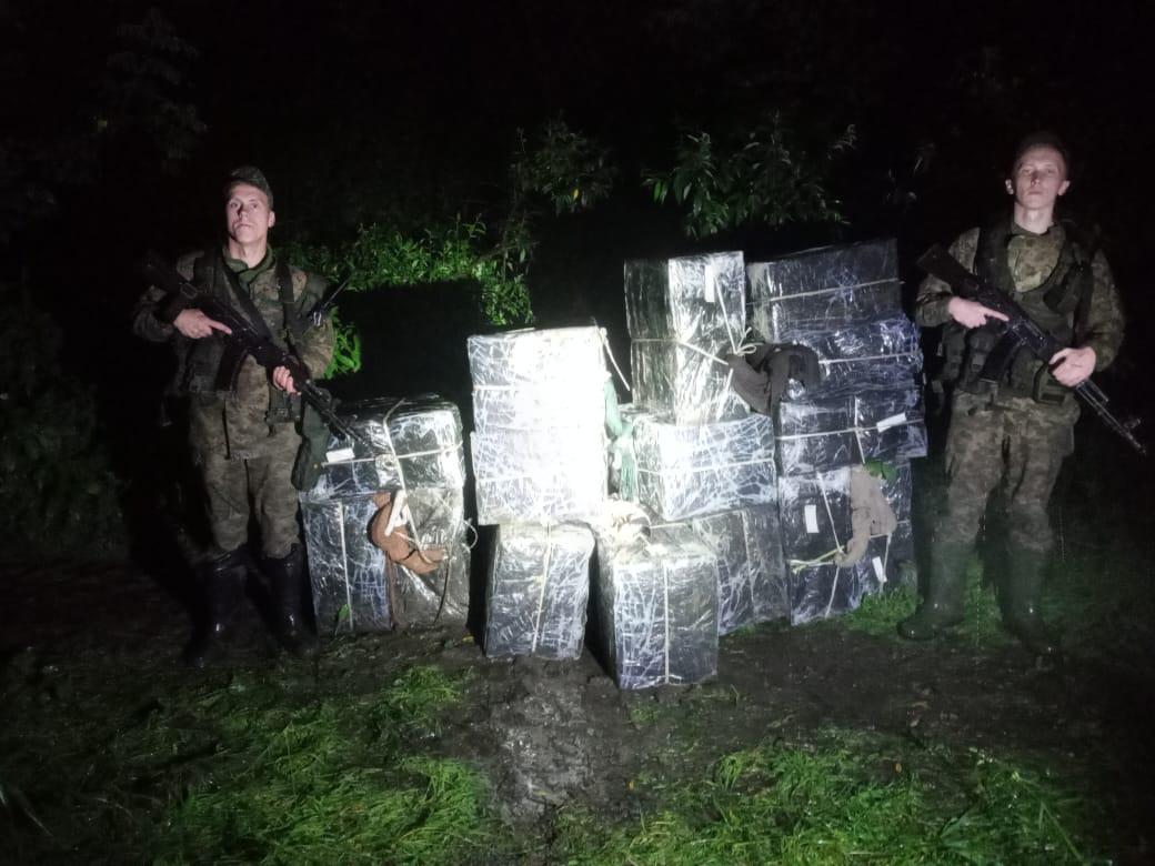 Тікаючи від прикордонників, закарпатські контрабандисти покинули 26 ящиків цигарок