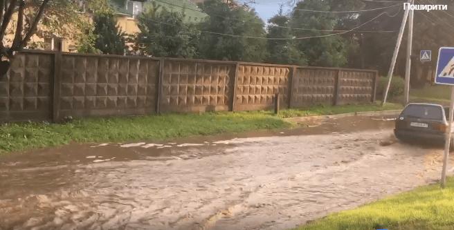 Учора через сильну зливу деякі вулиці Мукачева перетворились на ріки (ФОТО, ВІДЕО)