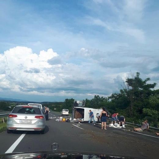 На Ужгородщині перекинувся мікроавтобус: одна жінка загибла, троє у важкому стані (ВІДЕО)