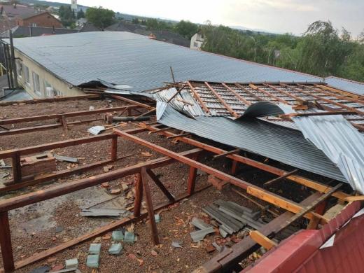 Сильний вітер пошкодив покрівлю амбулаторії на Ужгородщині