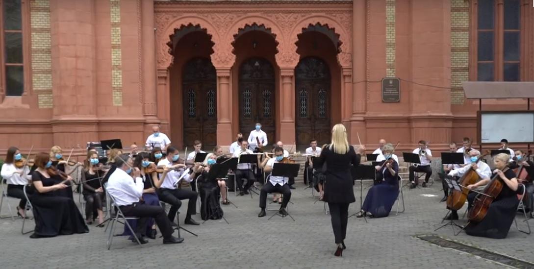 Симфонічний оркекстр Закарпатської обласної філармонії дав імпровізований концерт просто неба (ВІДЕО)