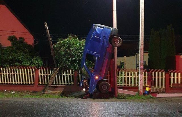 На Ужгородщині п'яний водій за кермом іномарки врізався у стовп