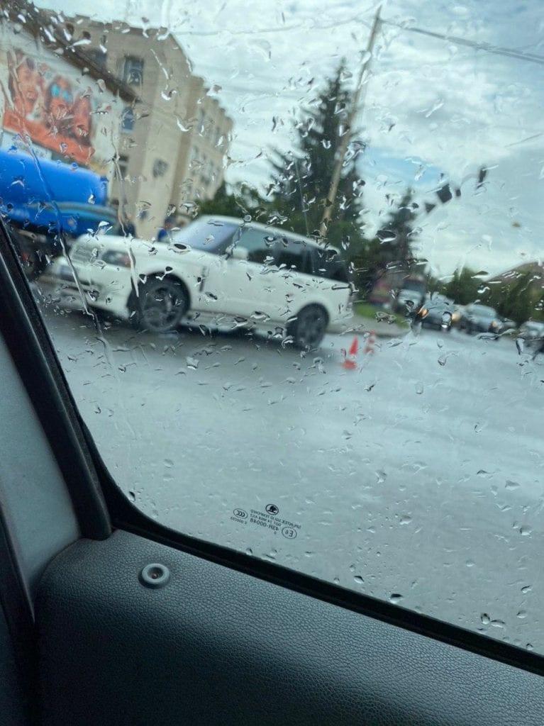 """В Ужгороді на перехресті Range Rover зіткнувся з цистерною """"Водоканалу"""""""