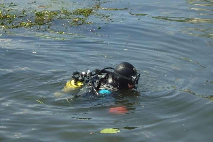 Водолази від учора шукають тіло чоловіка, що впав у річку в Хусті