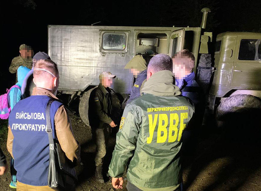 """На Закарпатті солдат строкової служби попався на хабарі за """"злиття"""" контрабандистам інформації про переміщення прикордонних нарядів"""