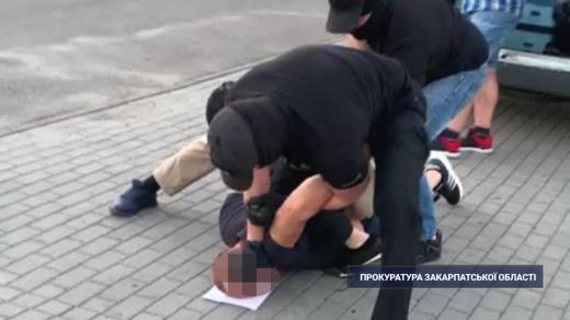 """Закарпатська прокуратура погодила підозру """"кур'єру"""" за контрабанду психотропної речовини"""
