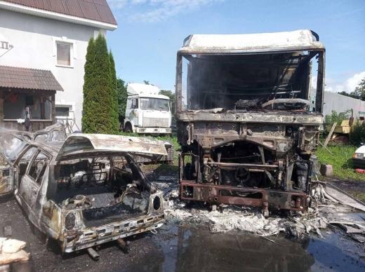 На Берегівщині дощенту згоріли два автомобілі