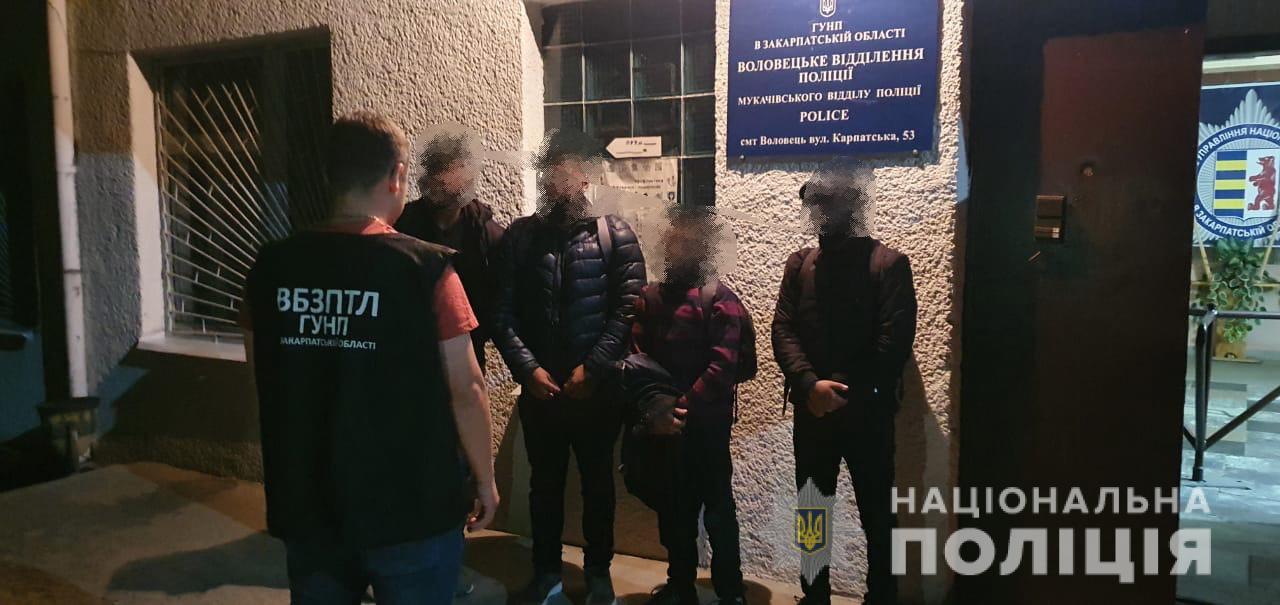 У авто ужгородського таксиста правоохоронці виявили групу нелегалів з Бангладеш