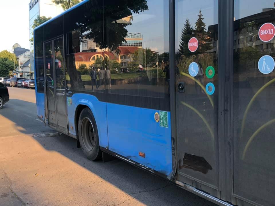 В Ужгороді нетверезий водій за кермом іномарки врізався у міський автобус (ФОТО)
