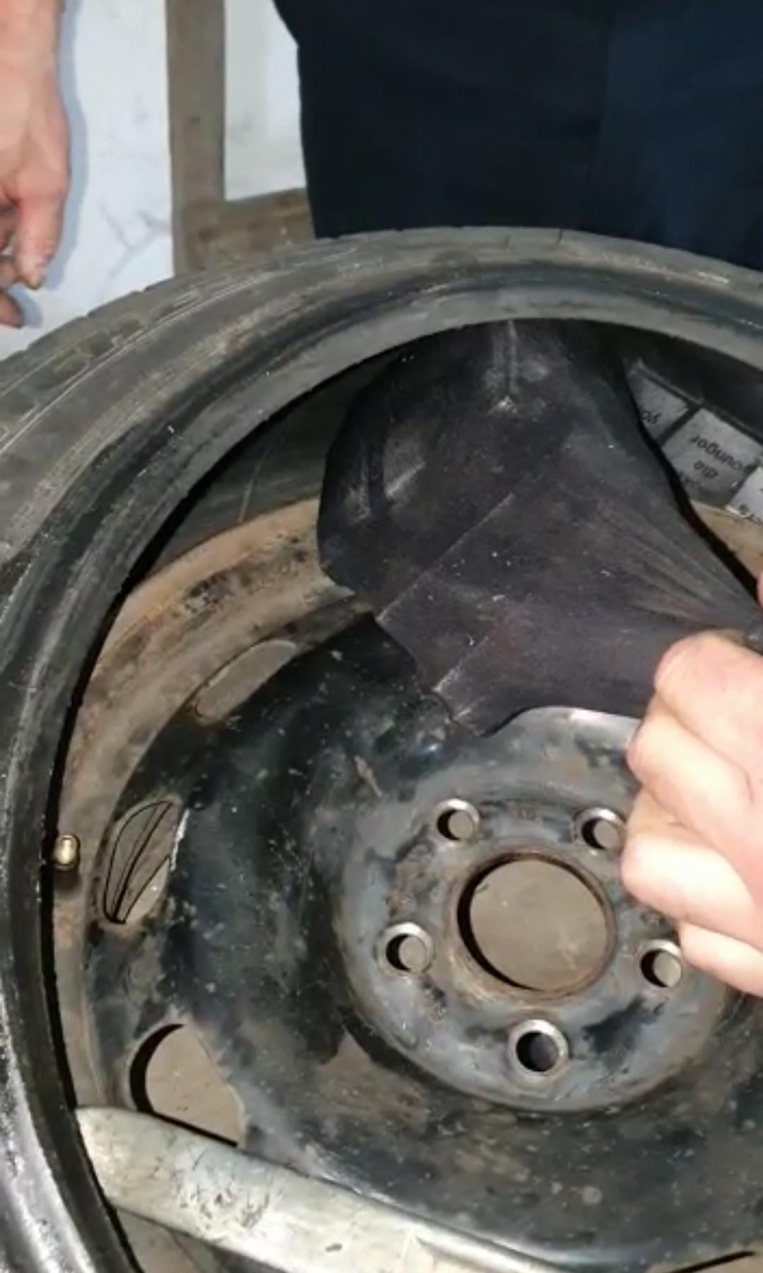 Закарпатка намагалася перевезти контрабандні цигарки у колесах автомобіля