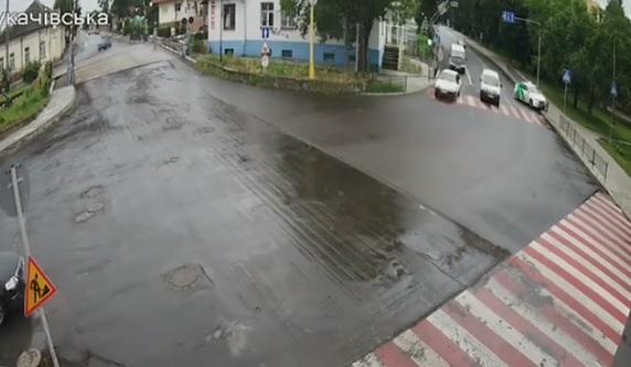В Ужгороді, намагаючись уникнути зіткнення, водій зніс металеву огорожу та втік з місця ДТП