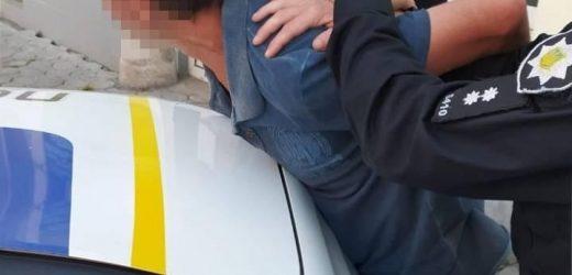 В Мукачеві перехожі схопили грабіжника, який вирвав телефон у пенсіонера