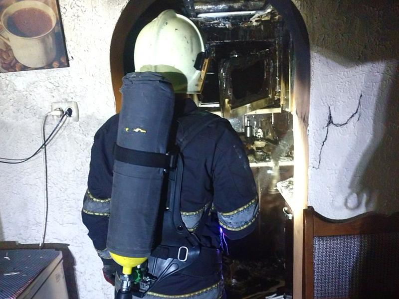 У Хусті пожежник врятував життя господарю палаючого будинку
