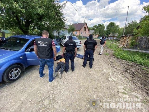 Поліція затримала на Воловеччині п'ятьох нелегалів із 6-місячним немовлям