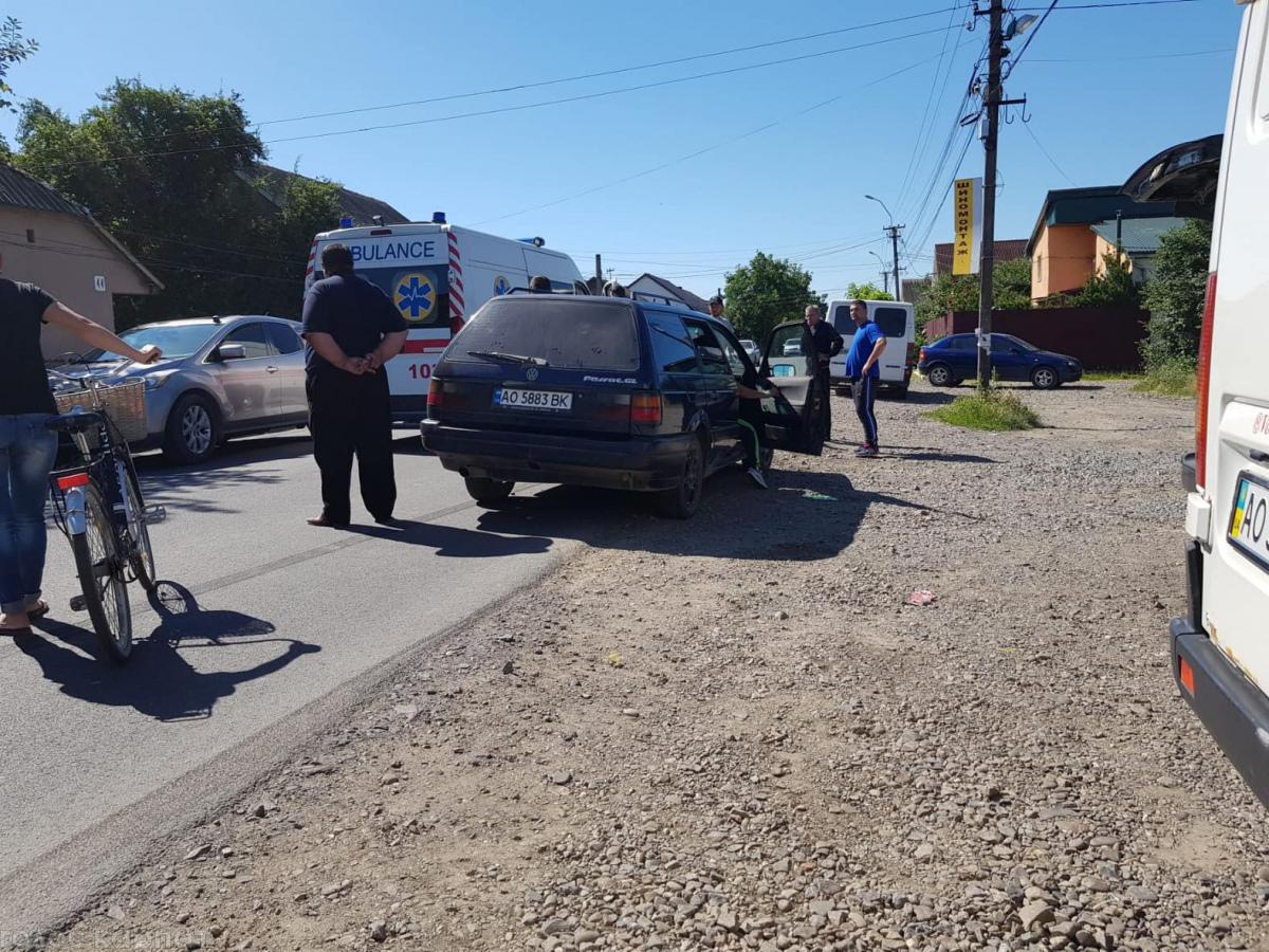 У Виноградові автівка збила велосипедиста (ВІДЕО)