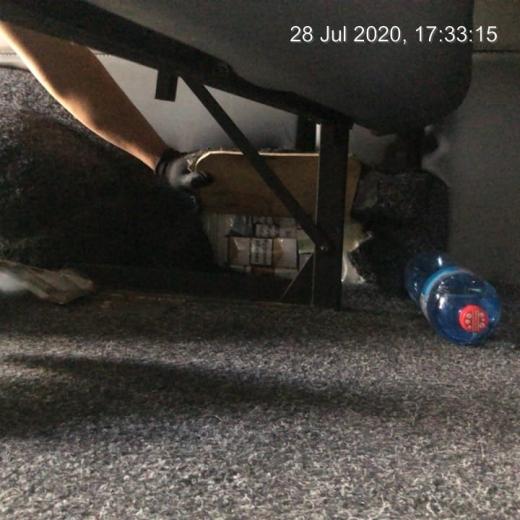 Закарпатські митники знайшли приховані блоки цигарок під обшивкою авто