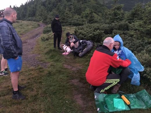 Закарпатські рятувальники допомогли юному туристу, що травмувався у горах