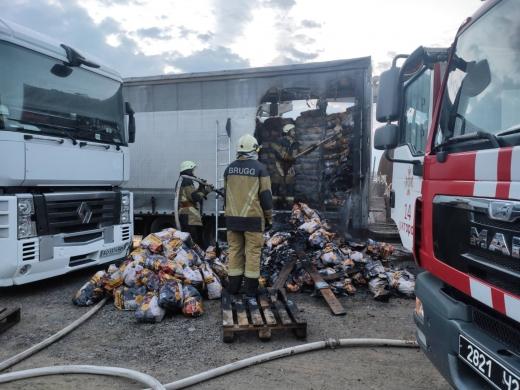 Ужгородські вогнеборці загасили палаючу вантажівку з вугіллям