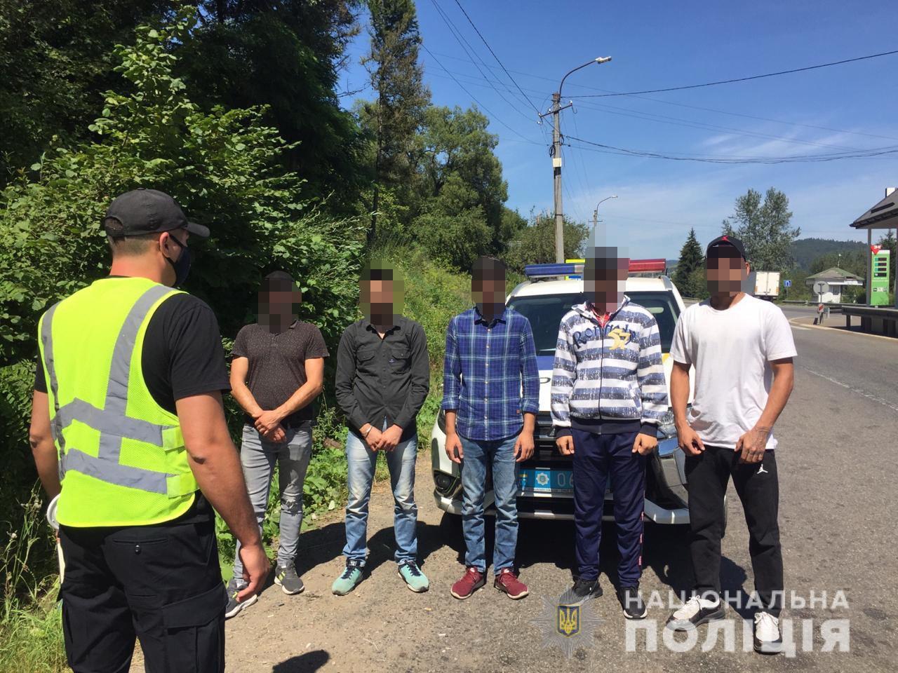 Закарпатські правоохоронці спинили водія, який під дією наркотиків перевозив нелегалів