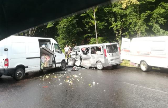 На Виноградівщині зіткнулися два мікроавтобуси – постраждали 5 людей