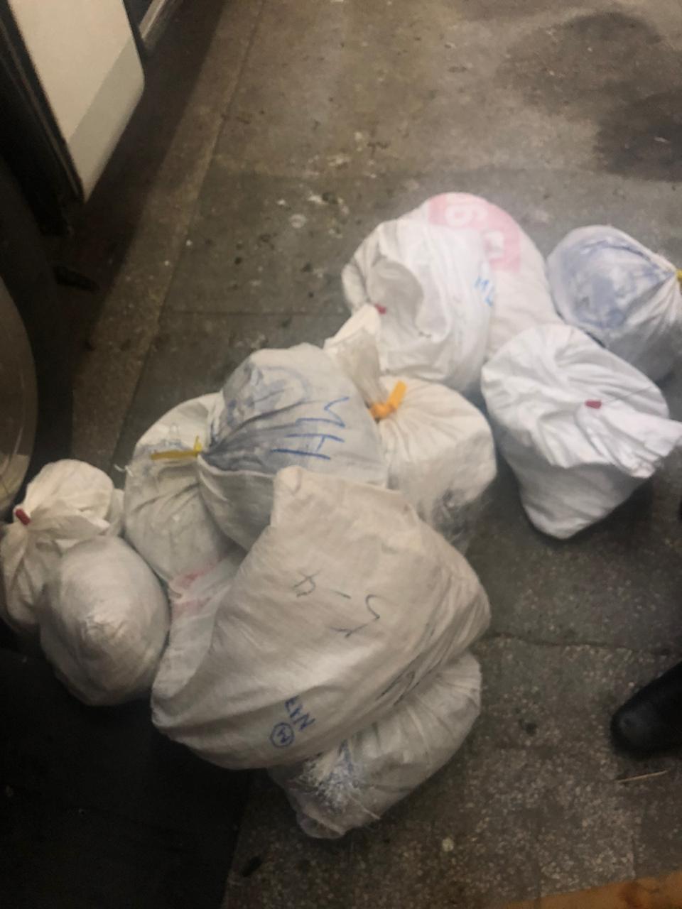 В автобусі, що прямував до Угорщини, закарпатські прикордонники знайшли понад 110 кг бурштину