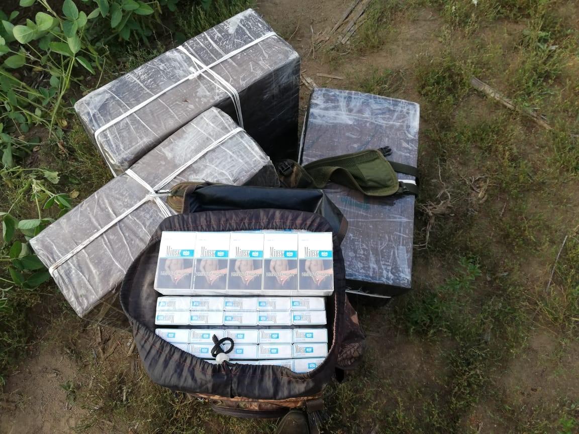 На Закарпатті тікаючи від прикордонників, контрабандист покинув майже дві тисячі пачок сигарет
