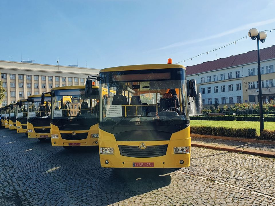 """Керівникам середніх шкіл Закарпаття вручили ключі ще від 16 нових шкільних автобусів """"Еталон"""""""