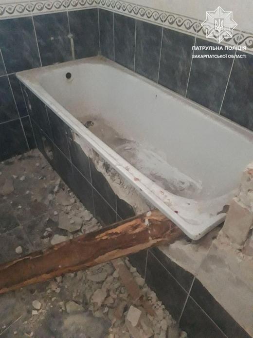 Крадії-невдахи намагалися поцупити ванну з готелю в Ужгороді