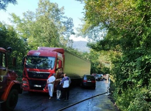 Внаслідок ДТП на Рахівщині пальне вантажівки витекло на дорогу