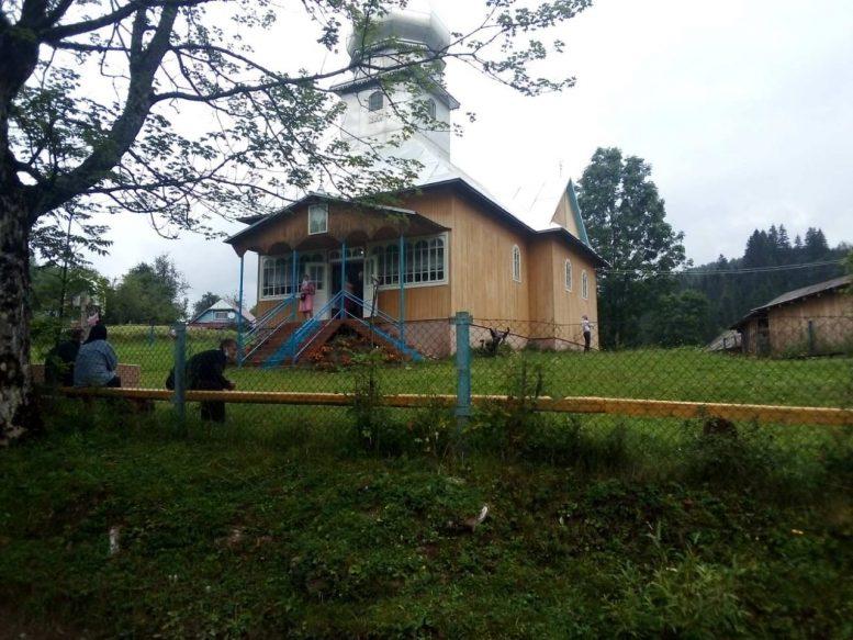 З бійкою та з кров'ю група прихильників УПЦ МП захопила храм ПЦУ на Закарпатті