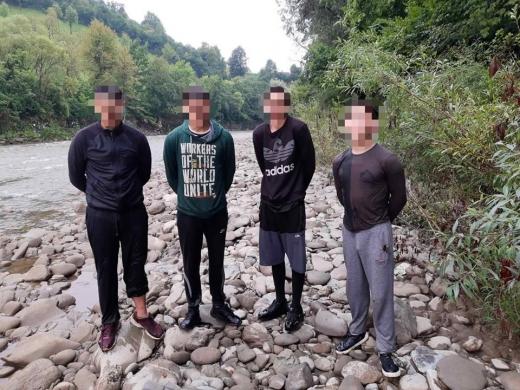 На Рахівщині прикордонники затримали чотирьох контрабандистів, двоє з яких неповнолітні
