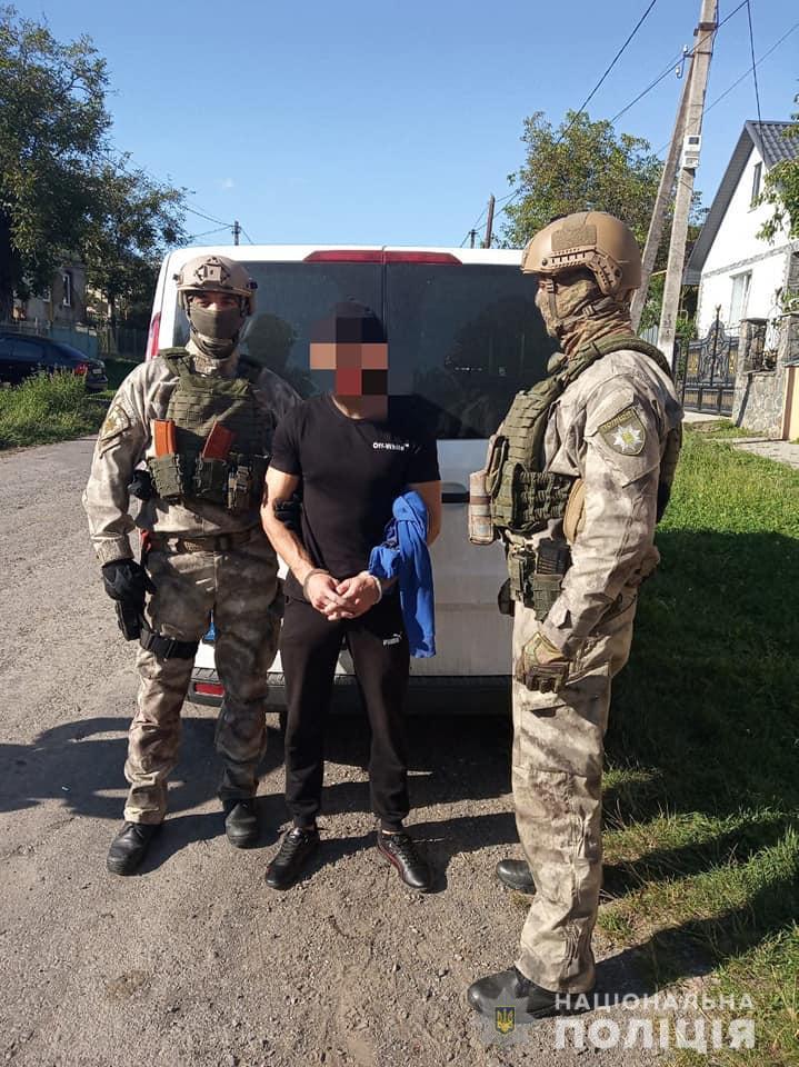 На Мукачівщині затримали наркоторговця, що продавав метамфетамін у себе вдома