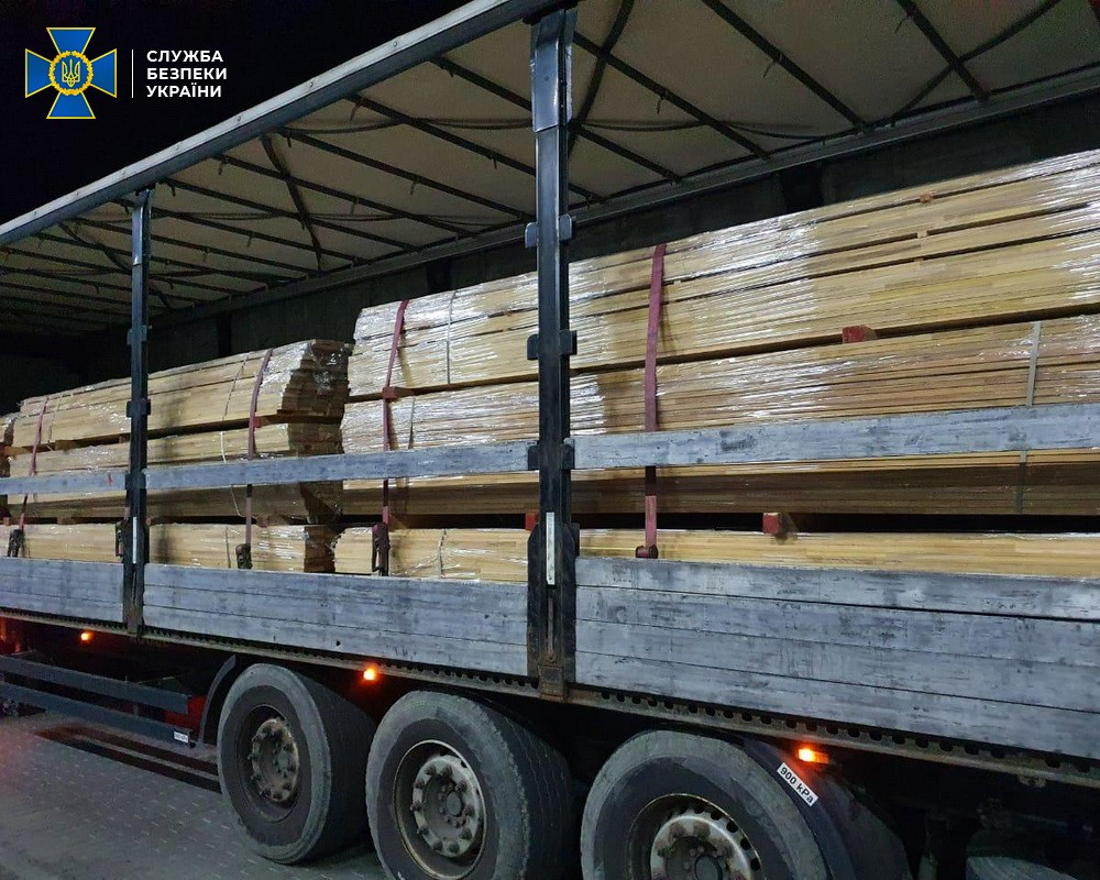 """На КПП """"Ужгород"""" СБУ зупинила контрабанду цінної деревини до Євросоюзу"""