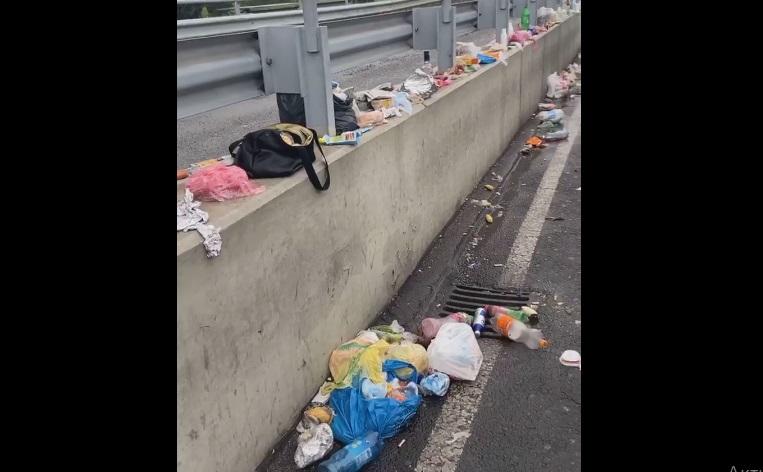 """На КПП """"Тиса"""" люди змушені викидати продукти на мосту, бо угорські прикордонники їх не пропускають (ВІДЕО)"""