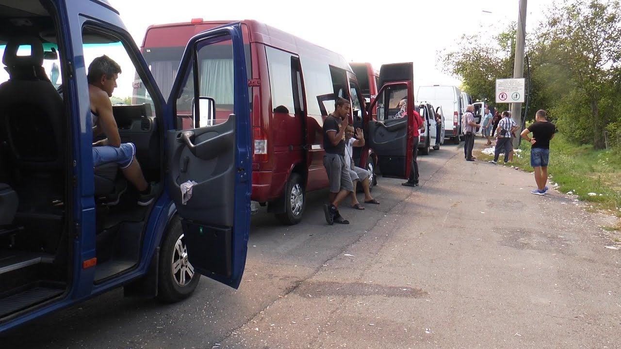"""У черзі на """"Лужанці"""" накопичилося понад 300 мікроавтобусів та 10 рейсових автобусів"""