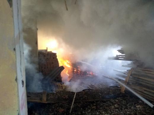 Вогнеборці ліквідували масштабну пожежу на Тячівщині – горів склад з деревиною та соломою