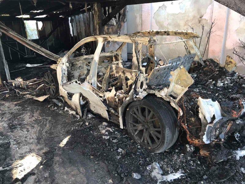 В Ужгороді вогонь з палаючої автівки перекинувся на два будинки