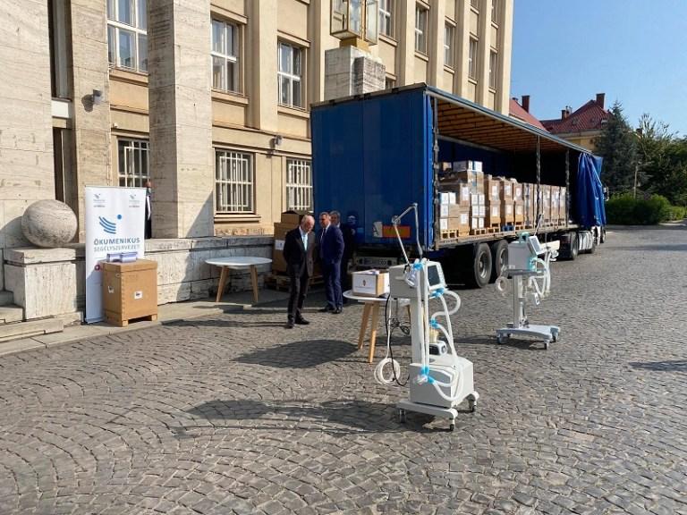 Лікарням Закарпаття Угорщина передала 50 апаратів ШВЛ та засоби захисту