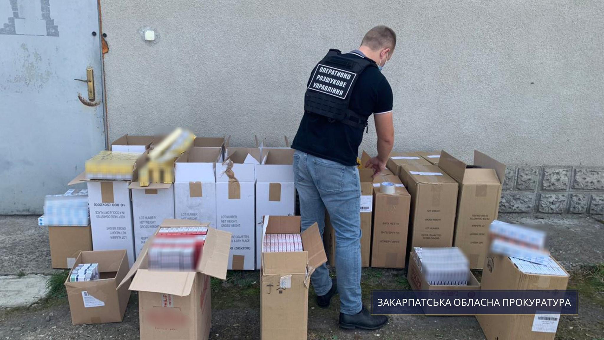 Закарпатські правоохоронці виявили на складі контрабандні цигарки орієнтовною вартістю у 400 000 гривень