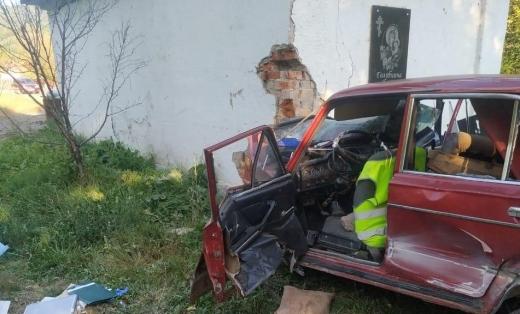 На Ірщавщині автомобіль врізався в автобусну зупинку – загинуло двоє людей