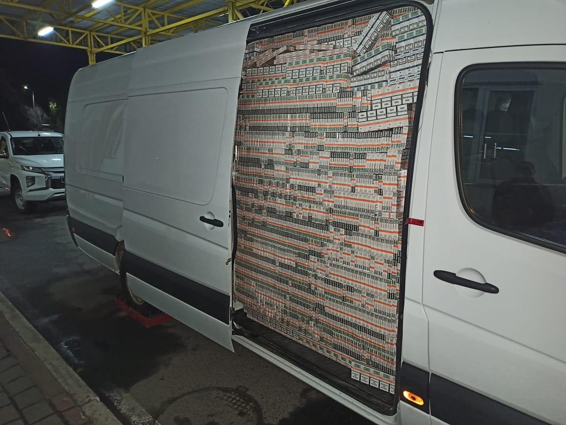У мікроавтобусі на підроблених дипломатичних номерах закарпатські прикордонники виявили 183 тисячі пачок сигарет (ВІДЕО)
