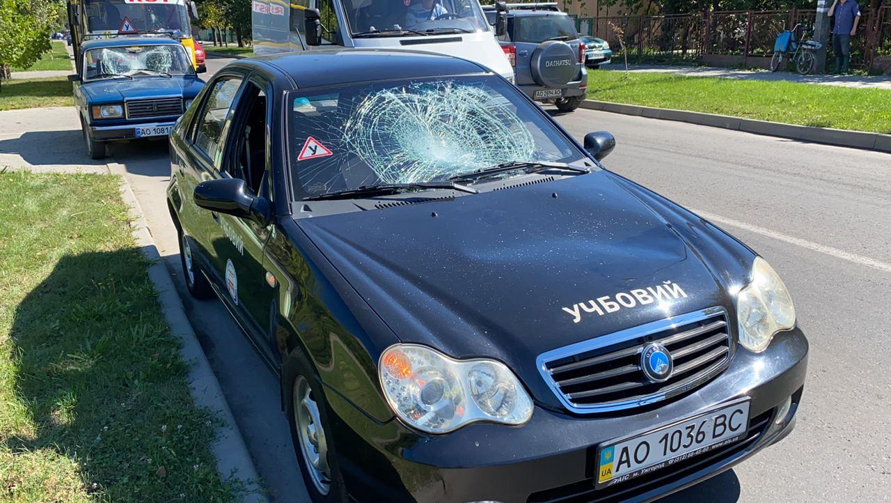 На вул. Заньковецької в Ужгороді неадекватний чоловік пошкодив за 15 хвилин 10 автівок та автобус