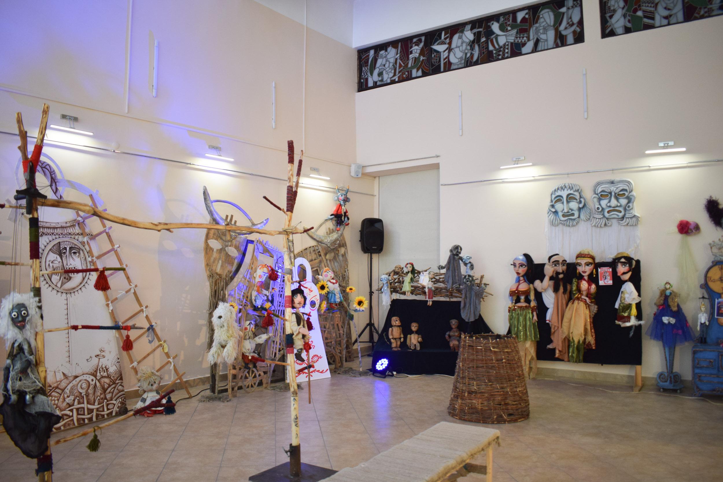 """В Ужгороді відкрили виставку """"Світ театральної ляльки"""", присвячену 40-річчю театру ляльок """"Бавка"""""""