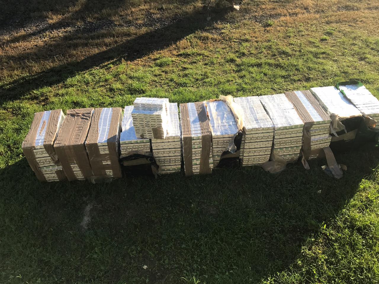 Закарпатські прикордонники під час патрулювання знайшли 16 ящиків з цигарками