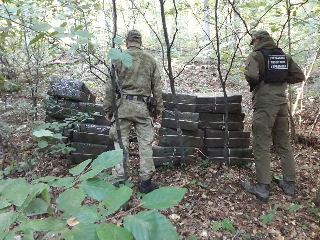 Закарпатські прикордонники знайшли сховок із 15 ящиками контрабандних цигарок