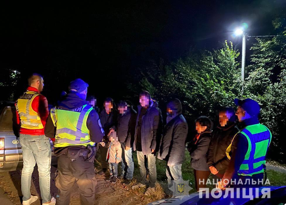 Поліція зупинила на Мукачівщині автівку, у якій перевозили 8 нелегалів