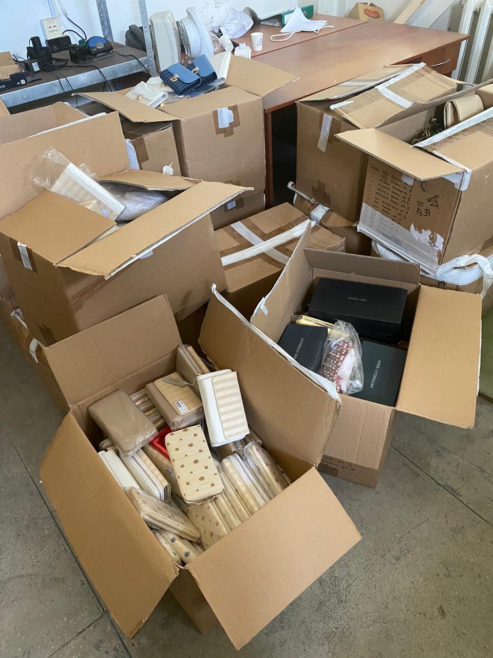 Водій вантажівки намагався приховати від закарпатських митників 15 коробок з сумками і гаманцям