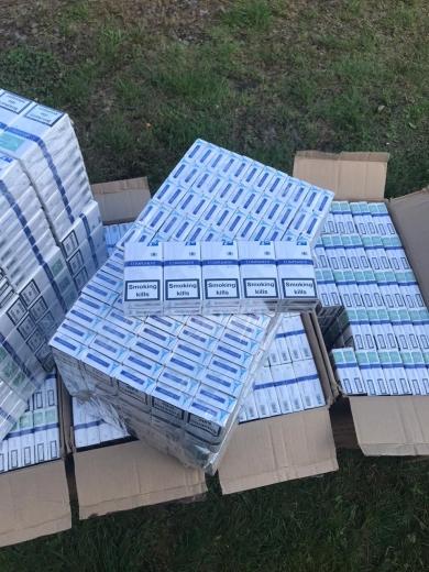 Тікаючи від прикордонників, закарпатські контрабандисти покинули 11 ящиків цигарок